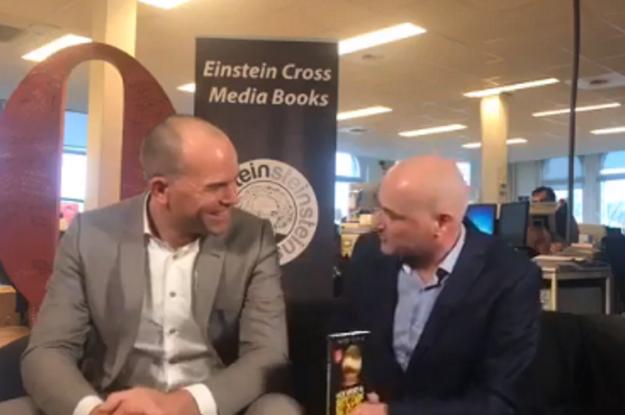 """VIDEO: boek uitreiking """"Hoe word ik Bitcoin miljonair Quote redactie Mark Koster"""